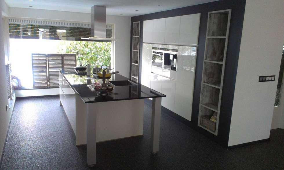 Foto u2019s van een moderne keuken  wit kookeiland met verzonken hoge kasten   homify