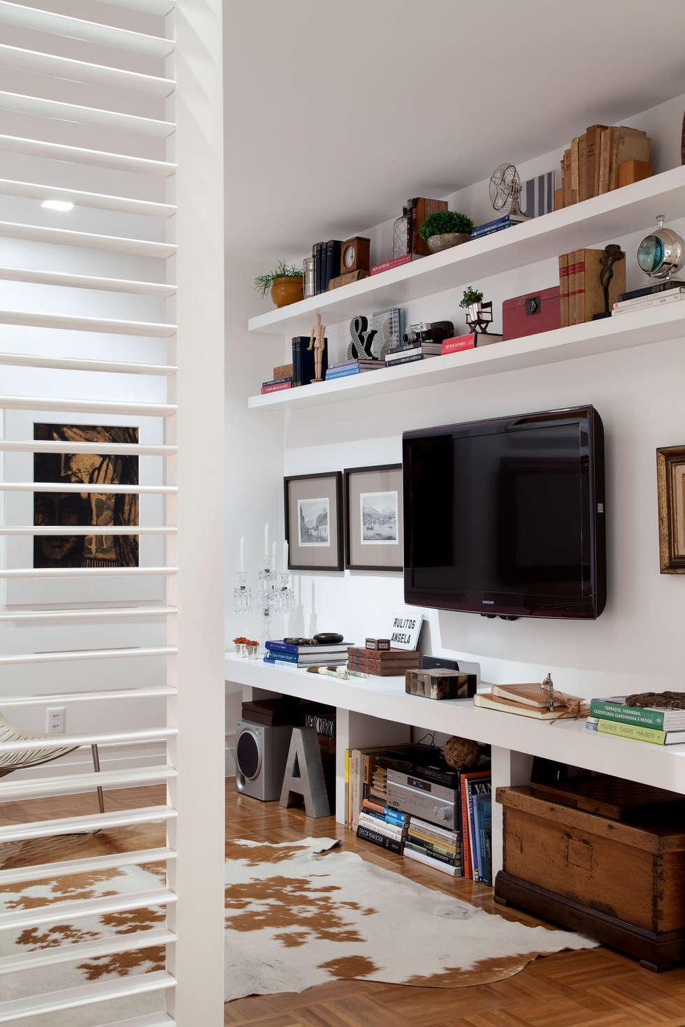 Home Theater: Salas multimídia ecléticas por Angela Medrado Arquitetura + Design