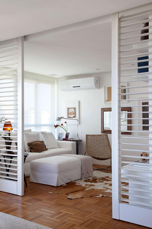 Ambientes integrados: Home Theater: Salas multimídia ecléticas por Angela Medrado Arquitetura + Design