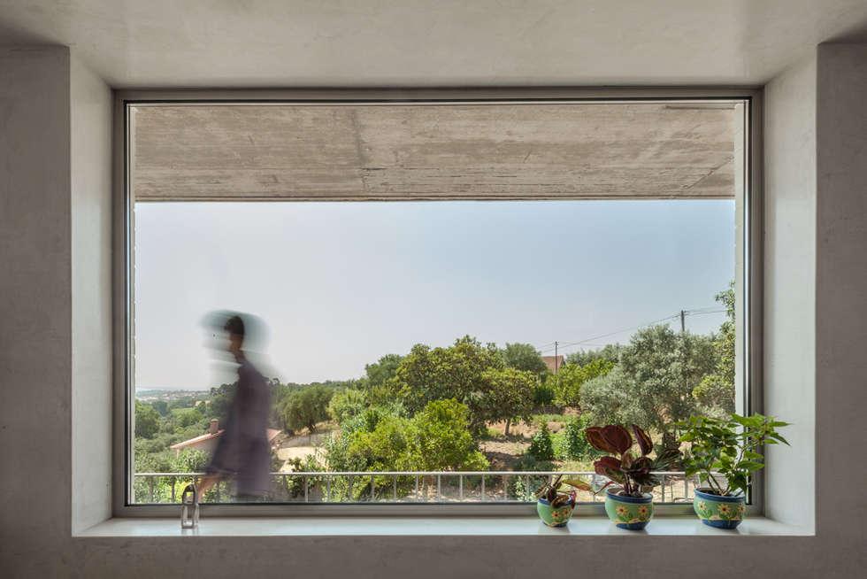 Casa sobre Armazém: Salas de estar modernas por Miguel Marcelino, Arq. Lda.