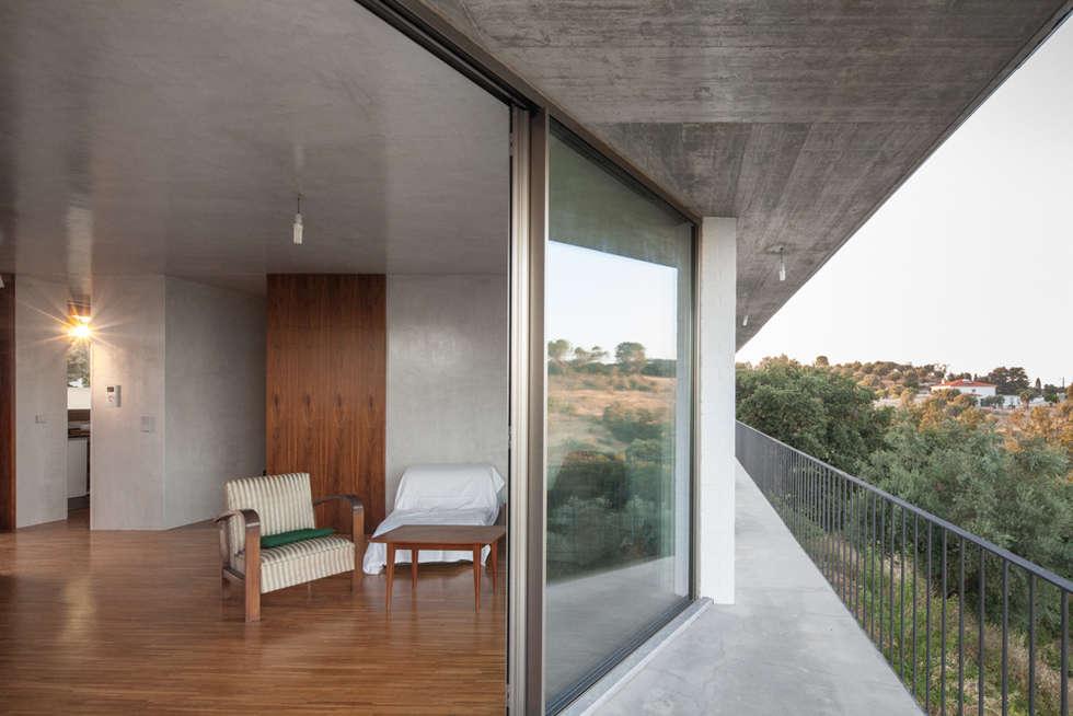 Casa sobre Armazém: Terraços  por Miguel Marcelino, Arq. Lda.