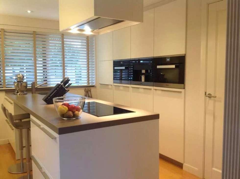Strak kookeiland: moderne Keuken door Tinnemans Keukens