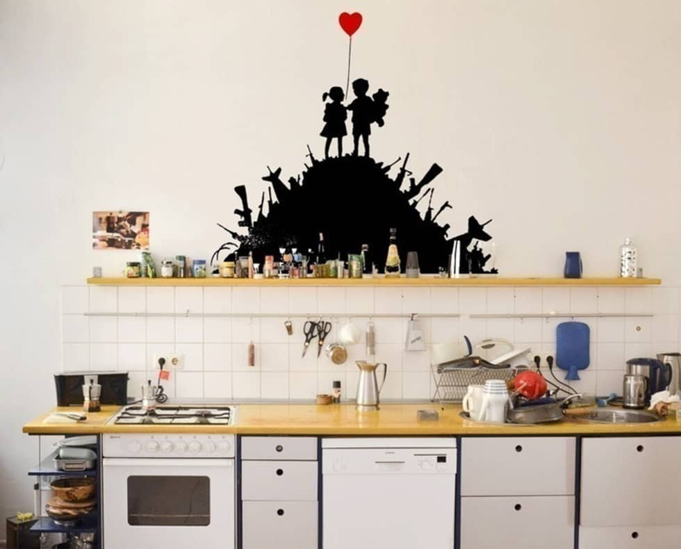 banksy gun hill kids streetart wandtattoo ausgefallene k che von urban art berlin homify. Black Bedroom Furniture Sets. Home Design Ideas
