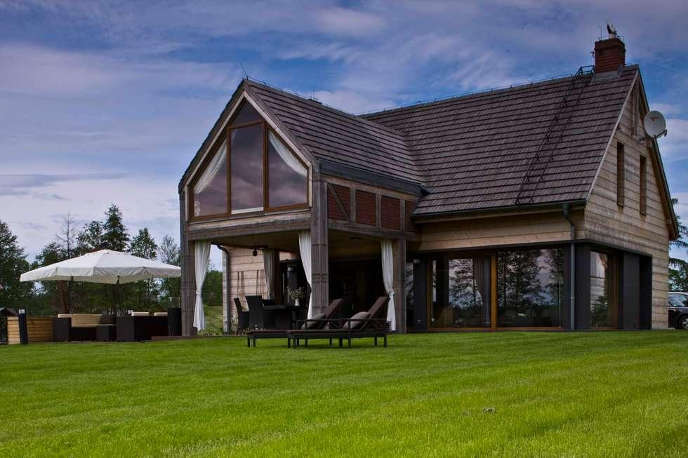widok domu od strony jeziora: styl wiejskie, w kategorii Domy zaprojektowany przez CUBICPROJEKT