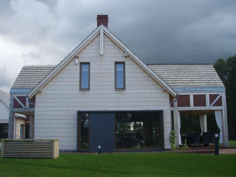 widok od strony sasiada: styl wiejskie, w kategorii Domy zaprojektowany przez CUBICPROJEKT