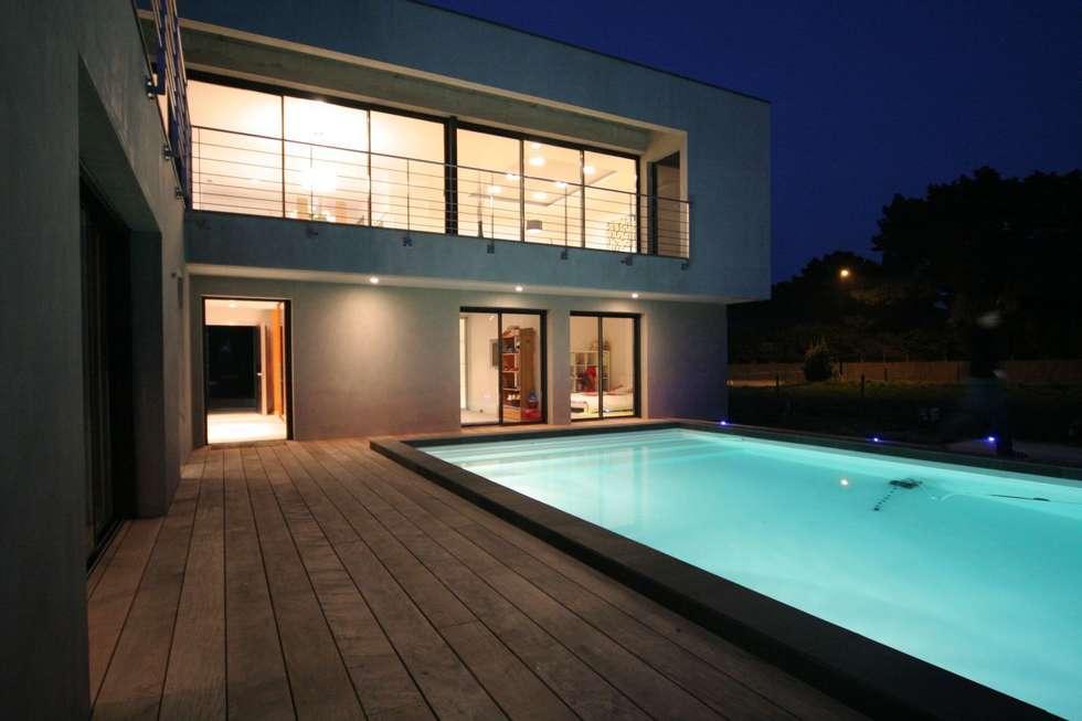 Construction d'une villa contemporaine à Bénodet: Piscines  de style  par LE LAY Jean-Charles