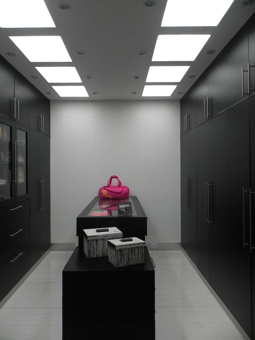 Vestidor: Vestidores y closets de estilo moderno por ARKIZA ARQUITECTOS by Arq. Jacqueline Zago Hurtado
