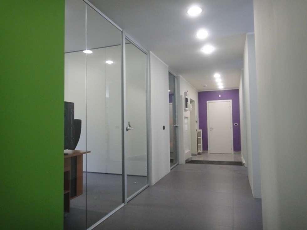 disimpegno centrale : Studio in stile in stile Moderno di studionove architettura