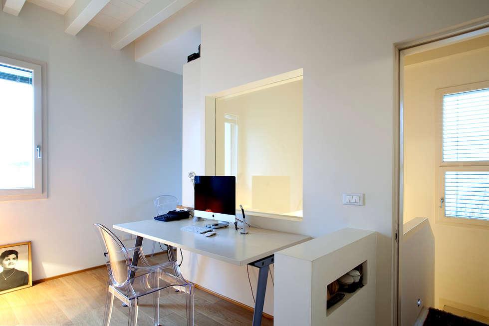 studio: Ingresso & Corridoio in stile  di Barbara D'Agaro architetto