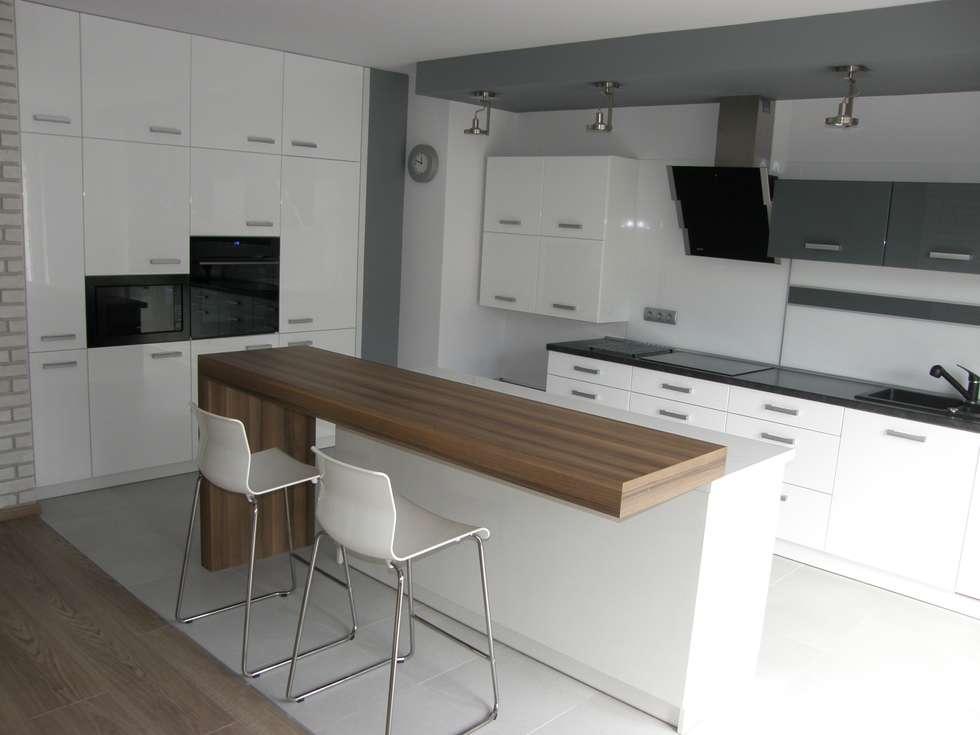 Nowoczesne białe meble kuchenne: styl , w kategorii Kuchnia zaprojektowany przez FILMAR meble