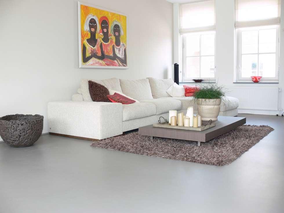 Gietvloer In Woonkamer : Betongrijze gietvloer in woonkamer: eclectische woonkamer door