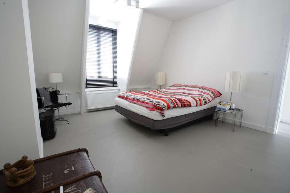 Grijze betonlook gietvloer in slaapkamer: moderne slaapkamer door