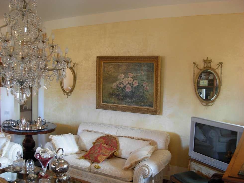 Parete soggiorno Antico Velluto Giallo Antico: Soggiorno in stile in stile Classico di Arte & Decorazioni di Marco Sinibaldi