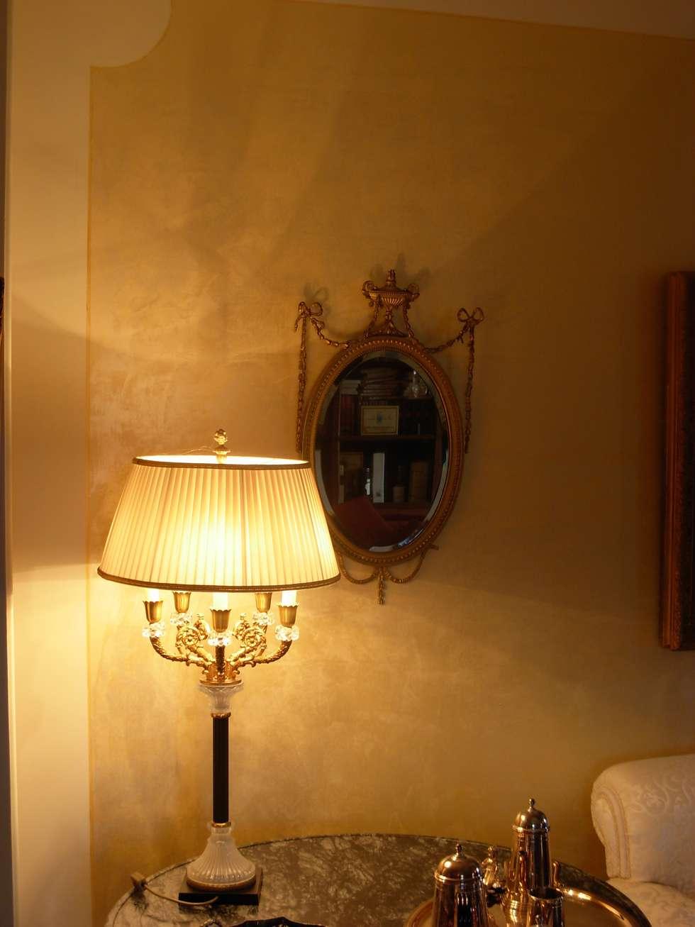 Parete soggiorno Antico Velluto Giallo Antico : Soggiorno in stile in stile Classico di Arte & Decorazioni di Marco Sinibaldi