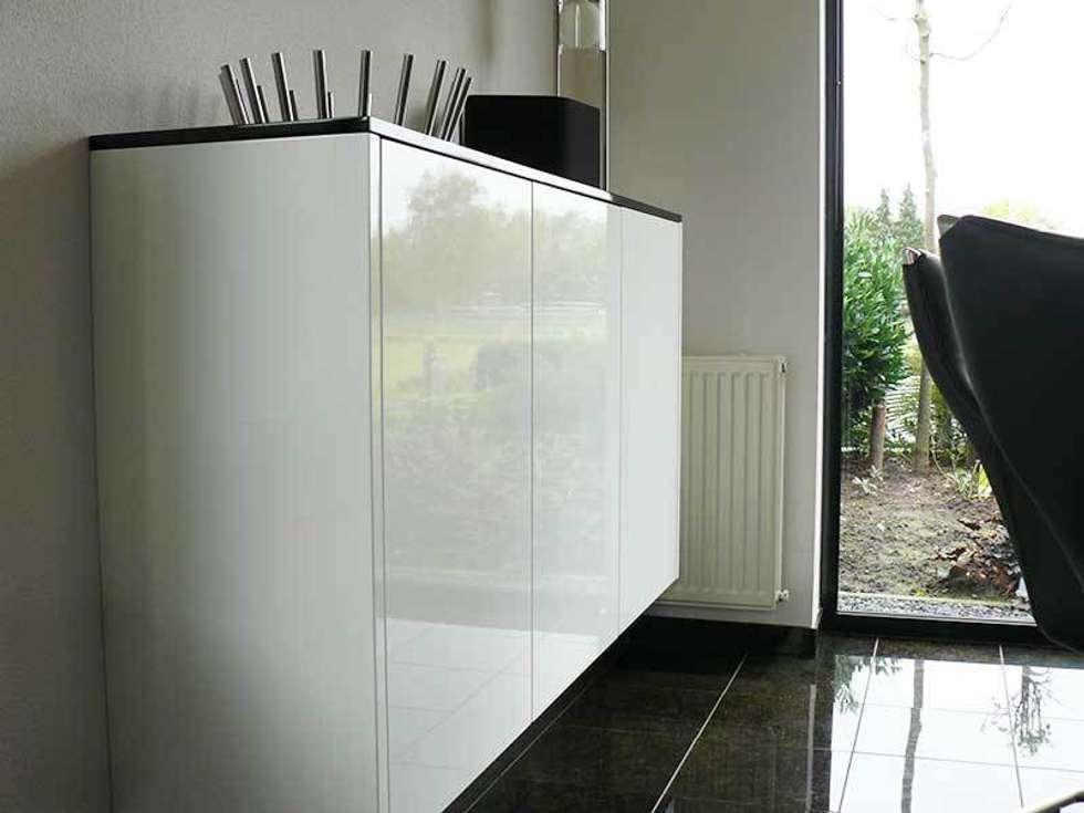 Zwart wit keuken: moderne keuken door dievorm b.v. homify