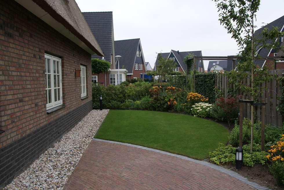 Ronde vormen: landelijke Tuin door Ontwerpstudio Angela's Tuinen