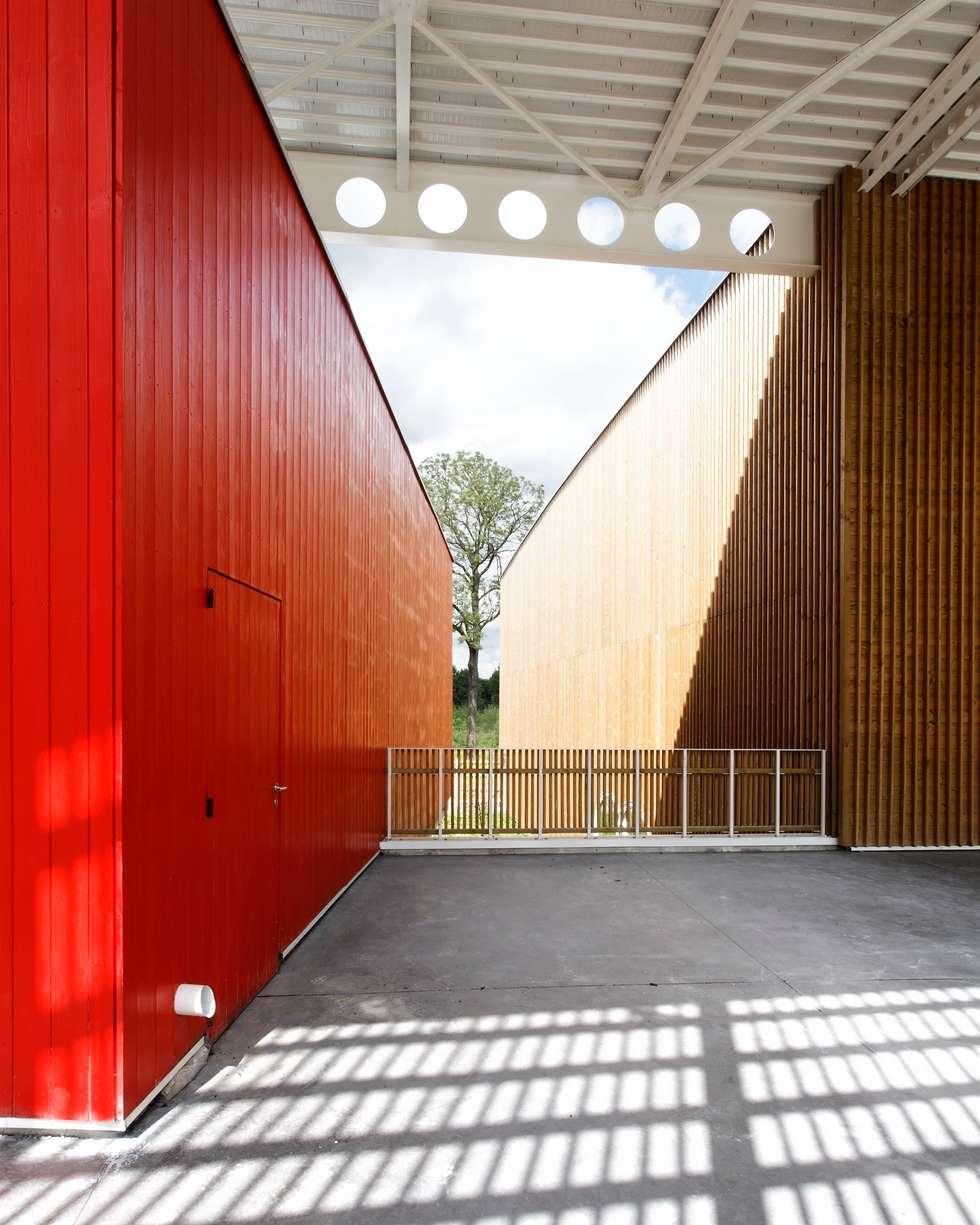 """Gymnase """"LES HAUTES FORMES"""" à Marne la Vallée: Lieux d'événements de style  par ateliers d'architecture JPB"""