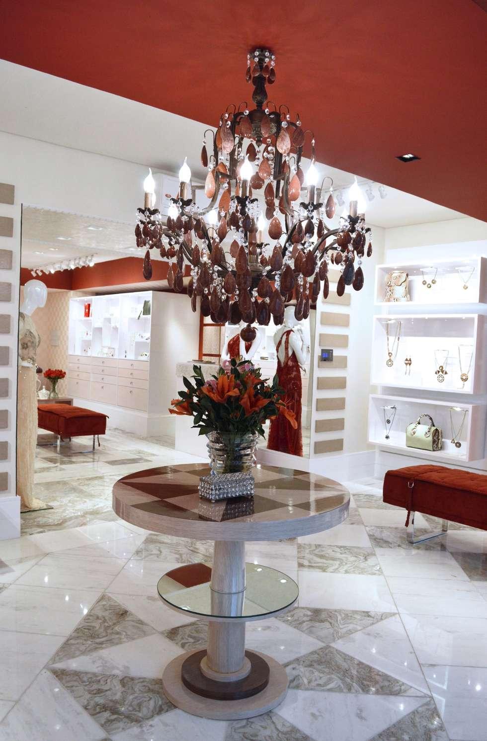 JOALHERIA DESIGN - CASA COR SP 2015 - BRASIL - Mesa em Marchetaria: Lojas e imóveis comerciais  por Adriana Scartaris design e interiores
