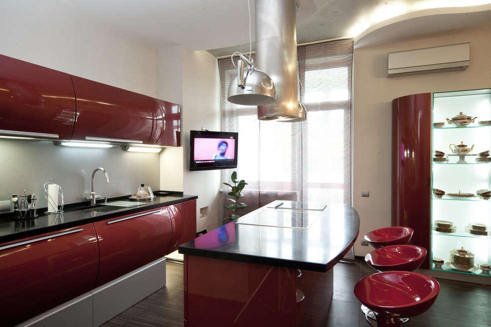 """Дизайн квартиры """"Геометрия и глянец"""": Кухни в . Автор – Samarina projects"""