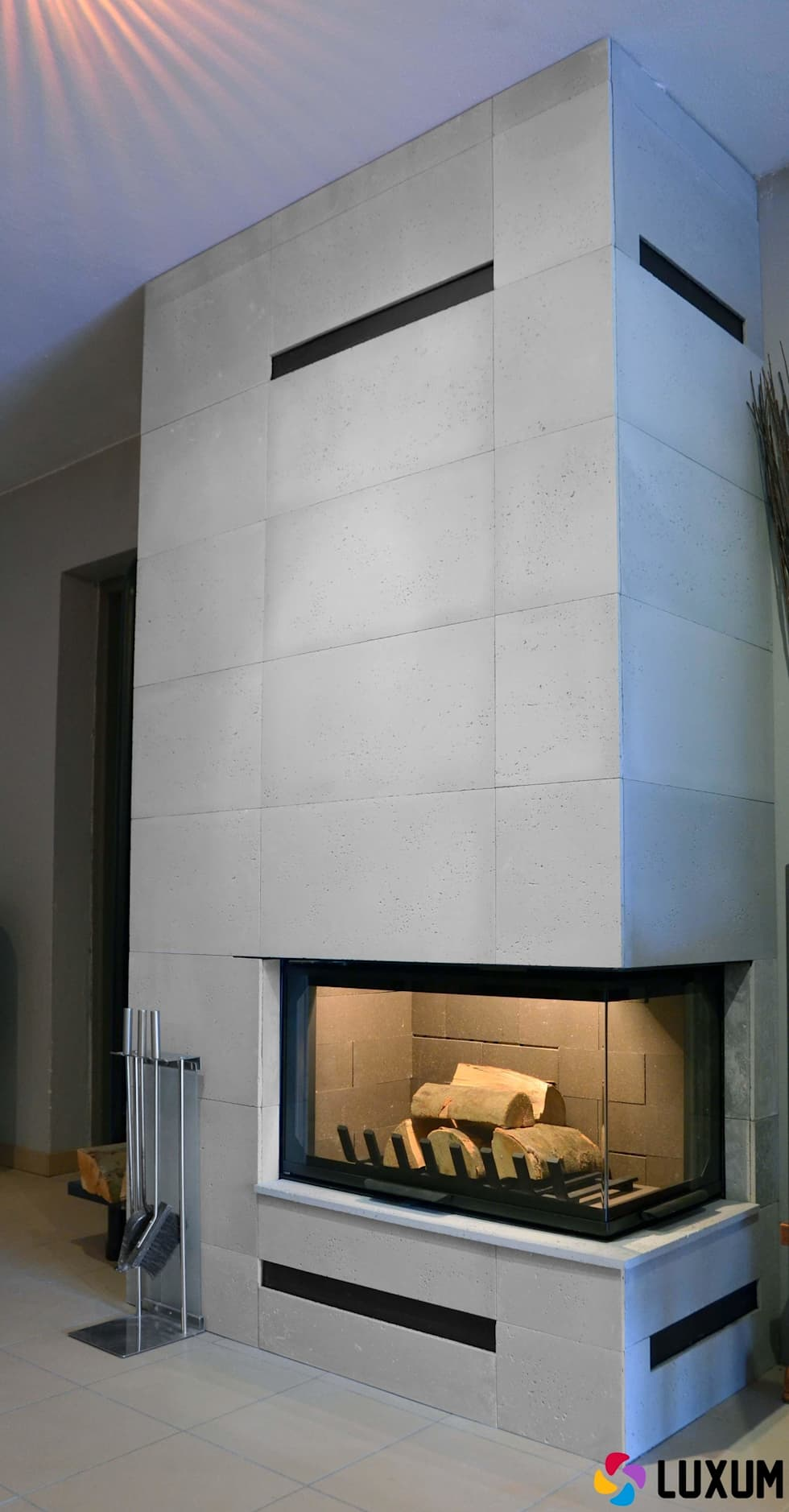 Płyty z betonu na obudowy kominków: styl , w kategorii Salon zaprojektowany przez Luxum