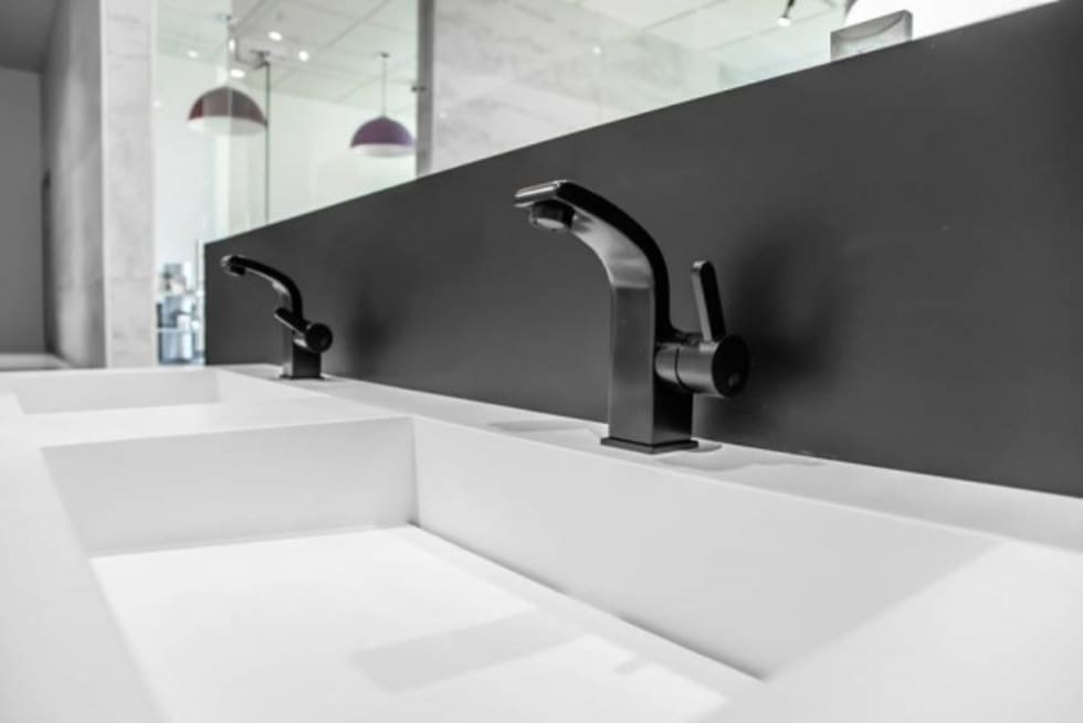 Podwójna umywalka z szafką : styl , w kategorii Łazienka zaprojektowany przez Luxum