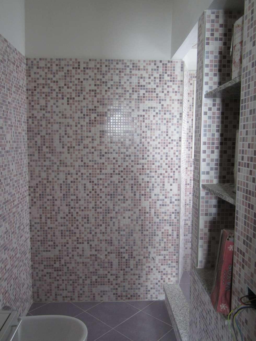 Particolare finiture mosaico del bagno: Bagno in stile in stile classico di SpazioNova