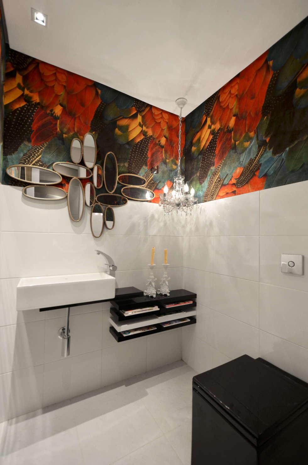 Casa da Praia: Banheiros tropicais por Johnny Thomsen Design de Interiores