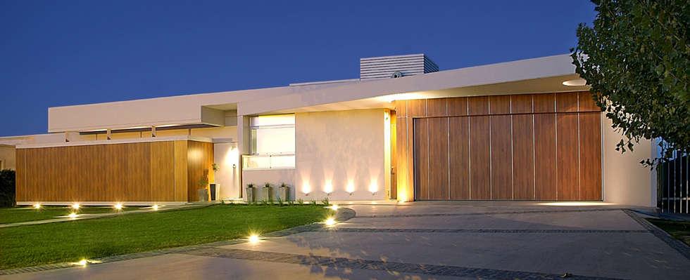 Fachada: Casas de estilo moderno por METODO33