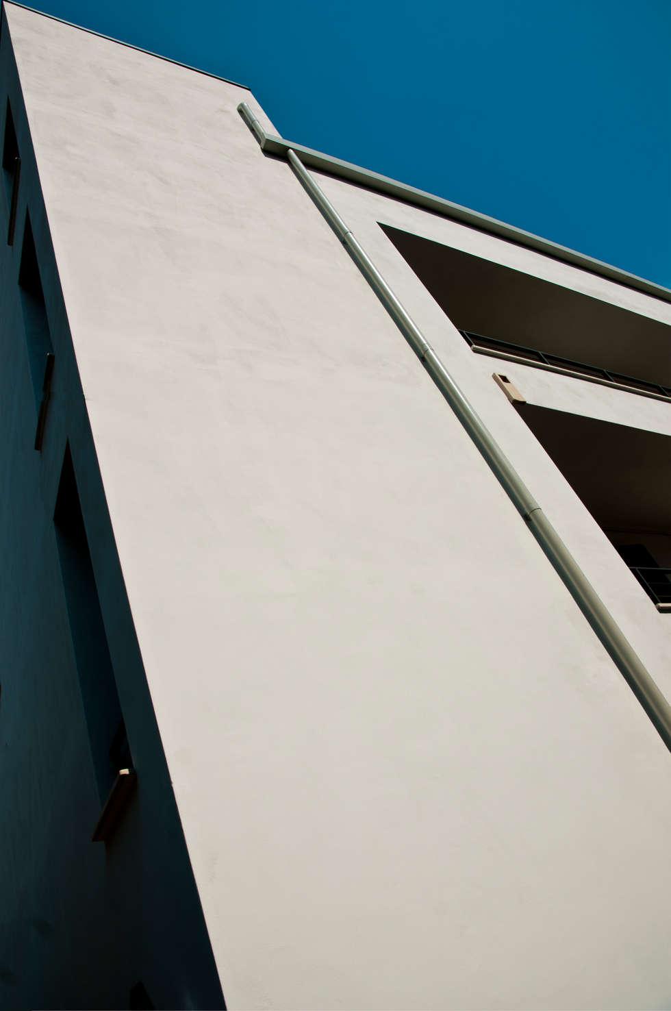Casa mediterranea in città razionalista: Case in stile in stile Mediterraneo di Bianca Coggi Architetto
