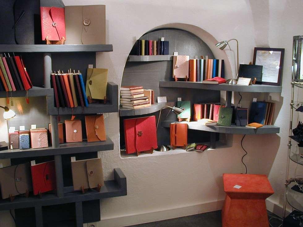 aménagement d'étagères en carton pour une boutique d'une créatrice de carnets en peau d'autruche: Espaces commerciaux de style  par Atelier Marie Thivrier