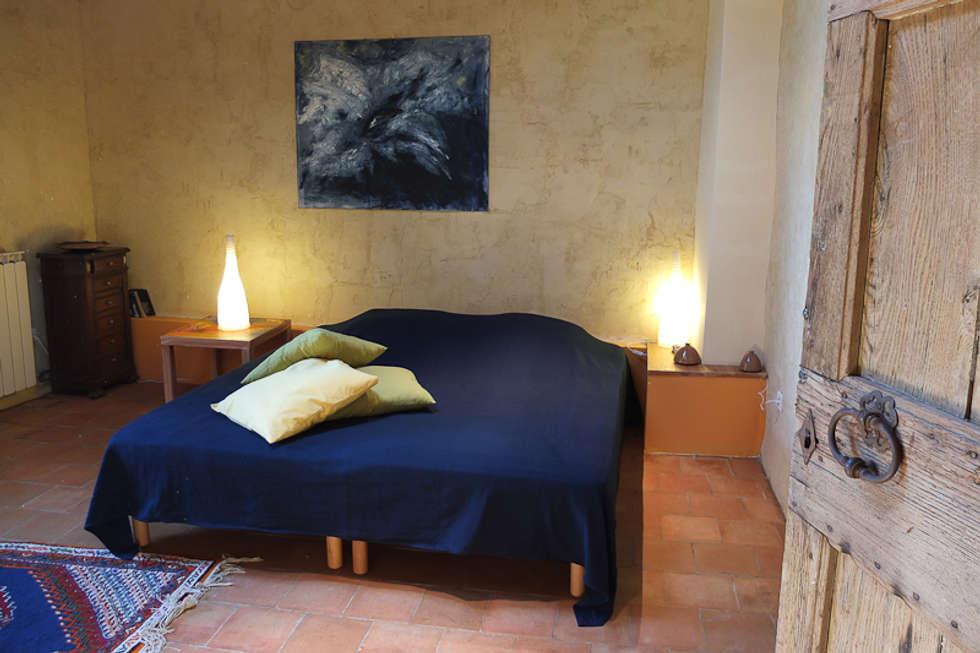 """Mas Novis, une chambre de l'écogîte """"côté Acacia"""": Chambre de style de style eclectique par Mas Novis"""