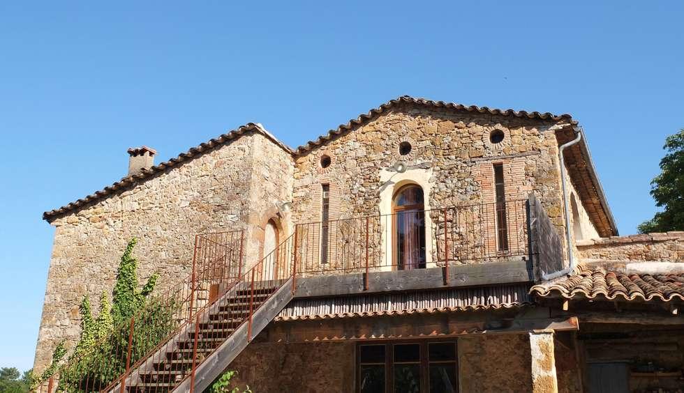 Mas Novis, la façade Nord: Maisons de style de style Rustique par Mas Novis