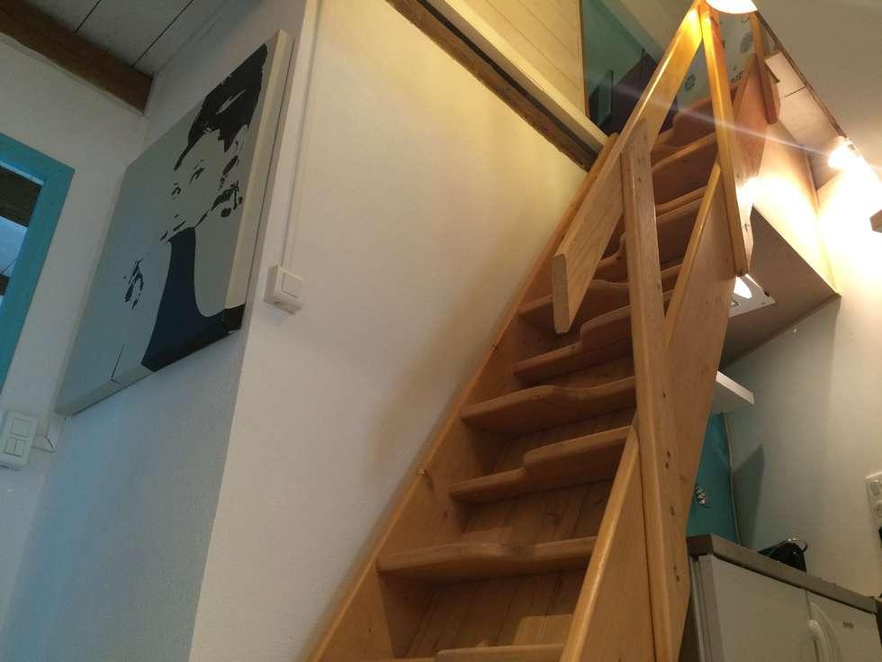 Escalier menant à la chabre du haut: Couloir et hall d'entrée de style  par L'Oeil DeCo
