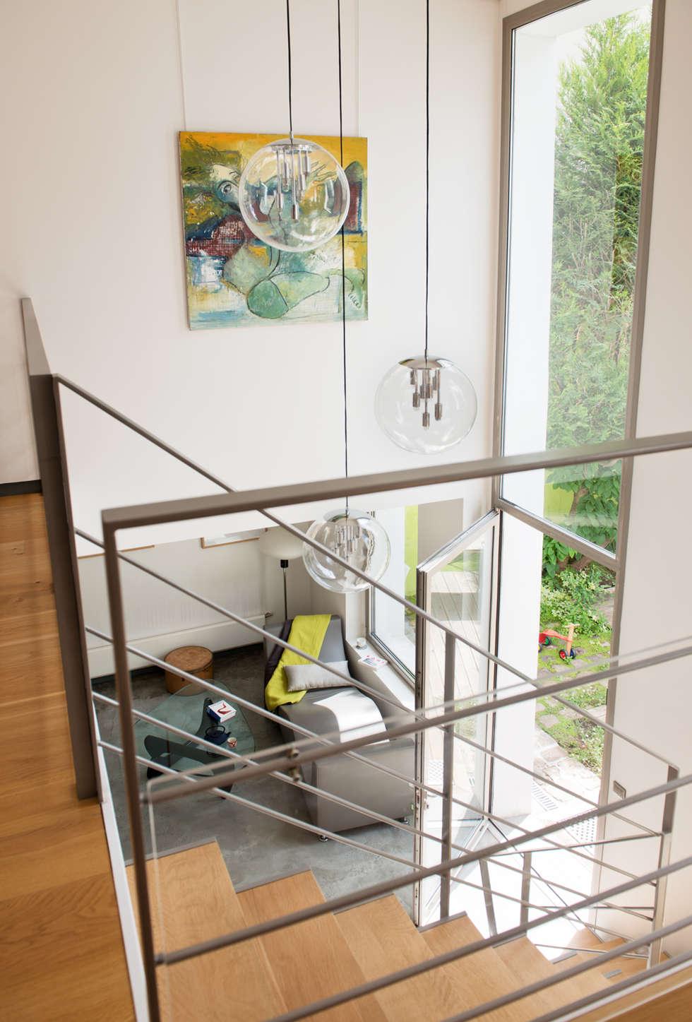 La salon: Salon de style de style Moderne par MELANIE LALLEMAND ARCHITECTURES