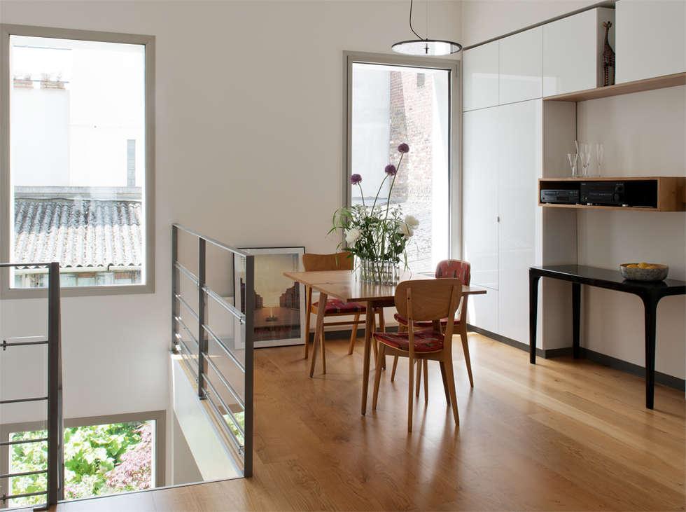 La salle à manger: Salle à manger de style de style Moderne par MELANIE LALLEMAND ARCHITECTURES