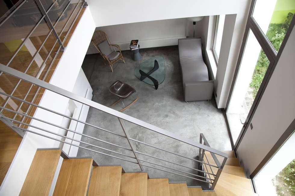 L'escalier et le salon: Salon de style de style Moderne par MELANIE LALLEMAND ARCHITECTURES