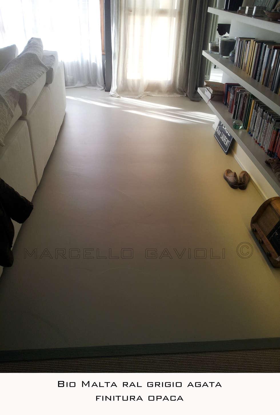 BioMalta - Pavimento resina colore RAL 7038 Grigio Agata: Soggiorno in stile in stile Moderno di Marcello Gavioli