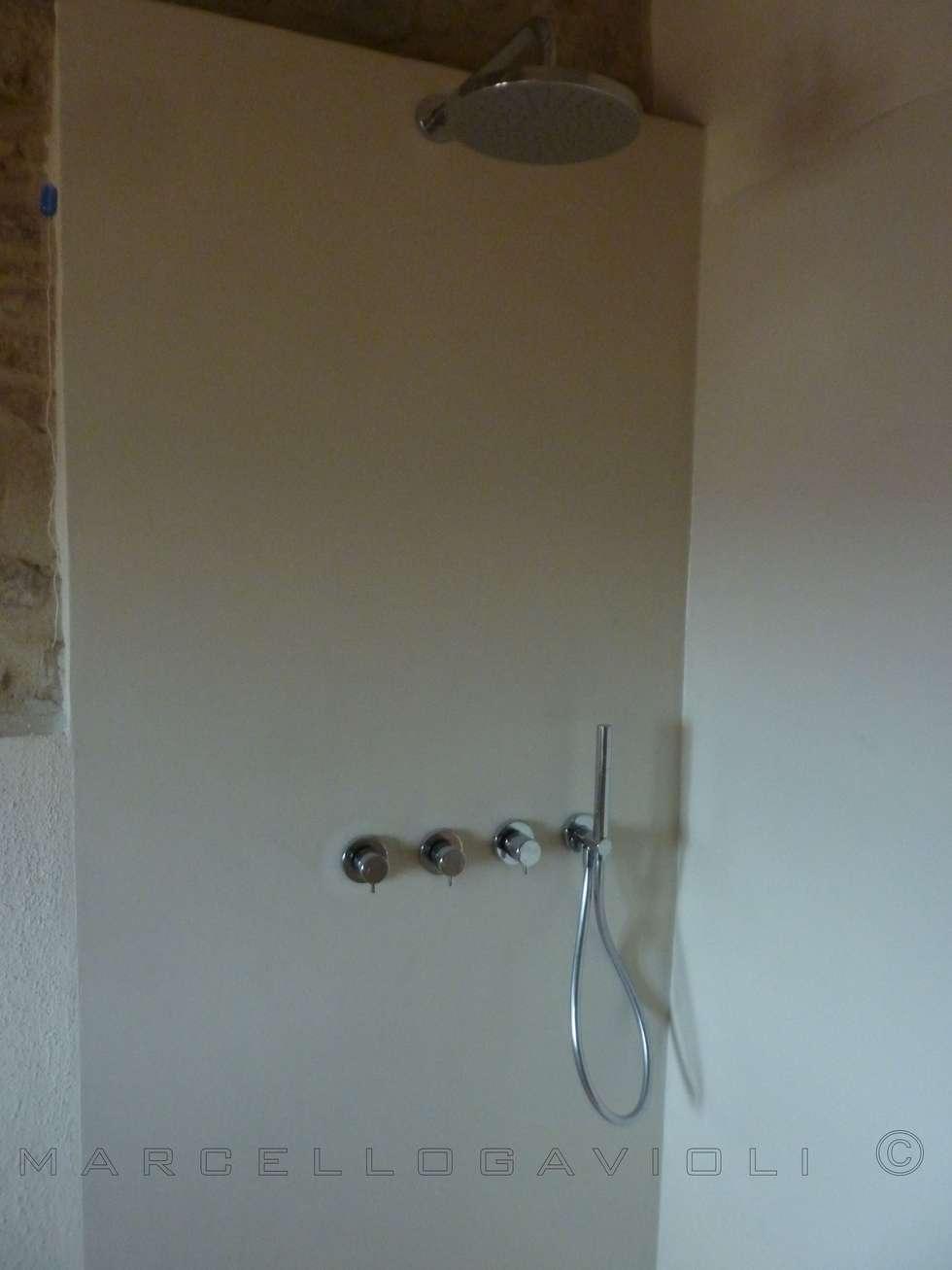 BioMalta RAL 1013 Bianco Perla: Bagno in stile in stile Moderno di Marcello Gavioli