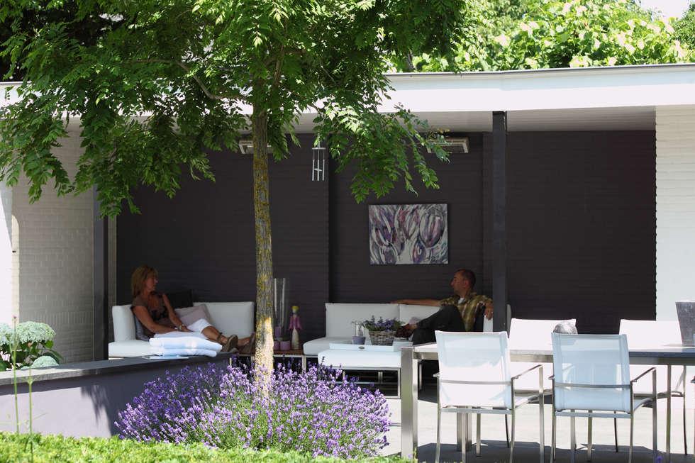 Overkapping verbindt de gebouwen: moderne Tuin door Stoop Tuinen