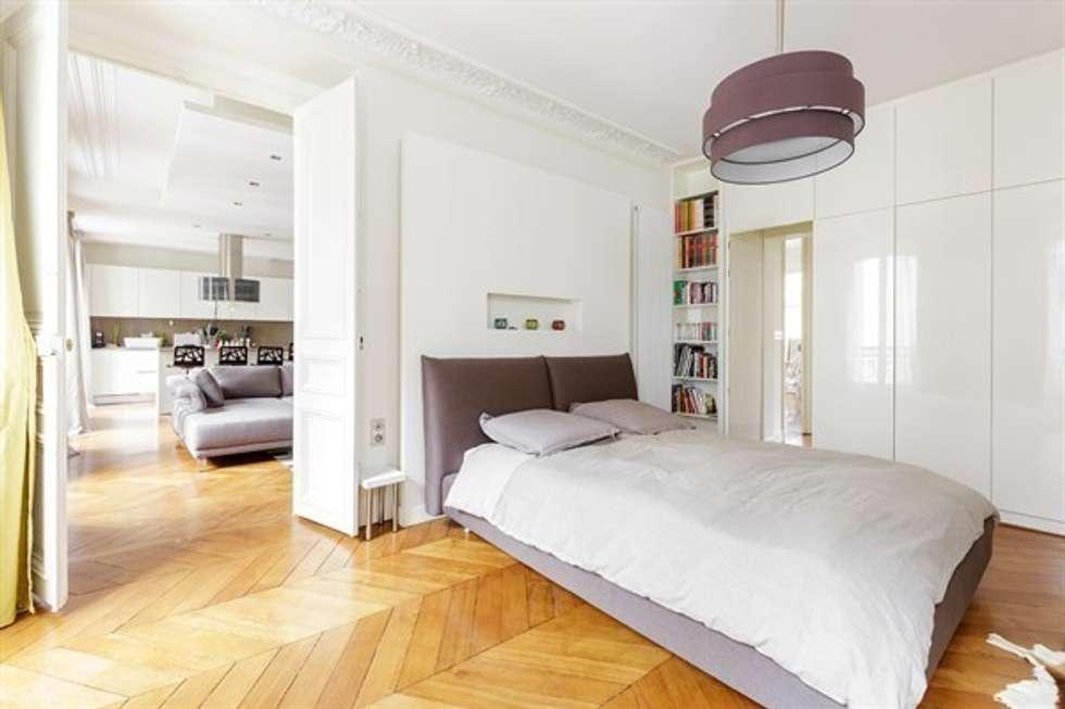 Interaction entre design moderne et éléments classiques - Photo: Sébastian Erras: Chambre de style de style Moderne par QUID Architecture
