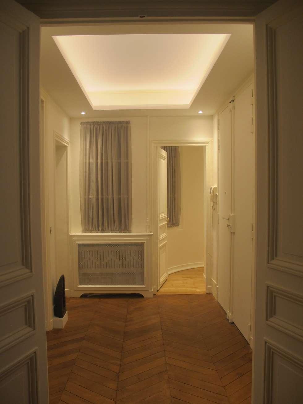 La lumière qui redessine l'espace : Couloir et hall d'entrée de style  par QUID Architecture