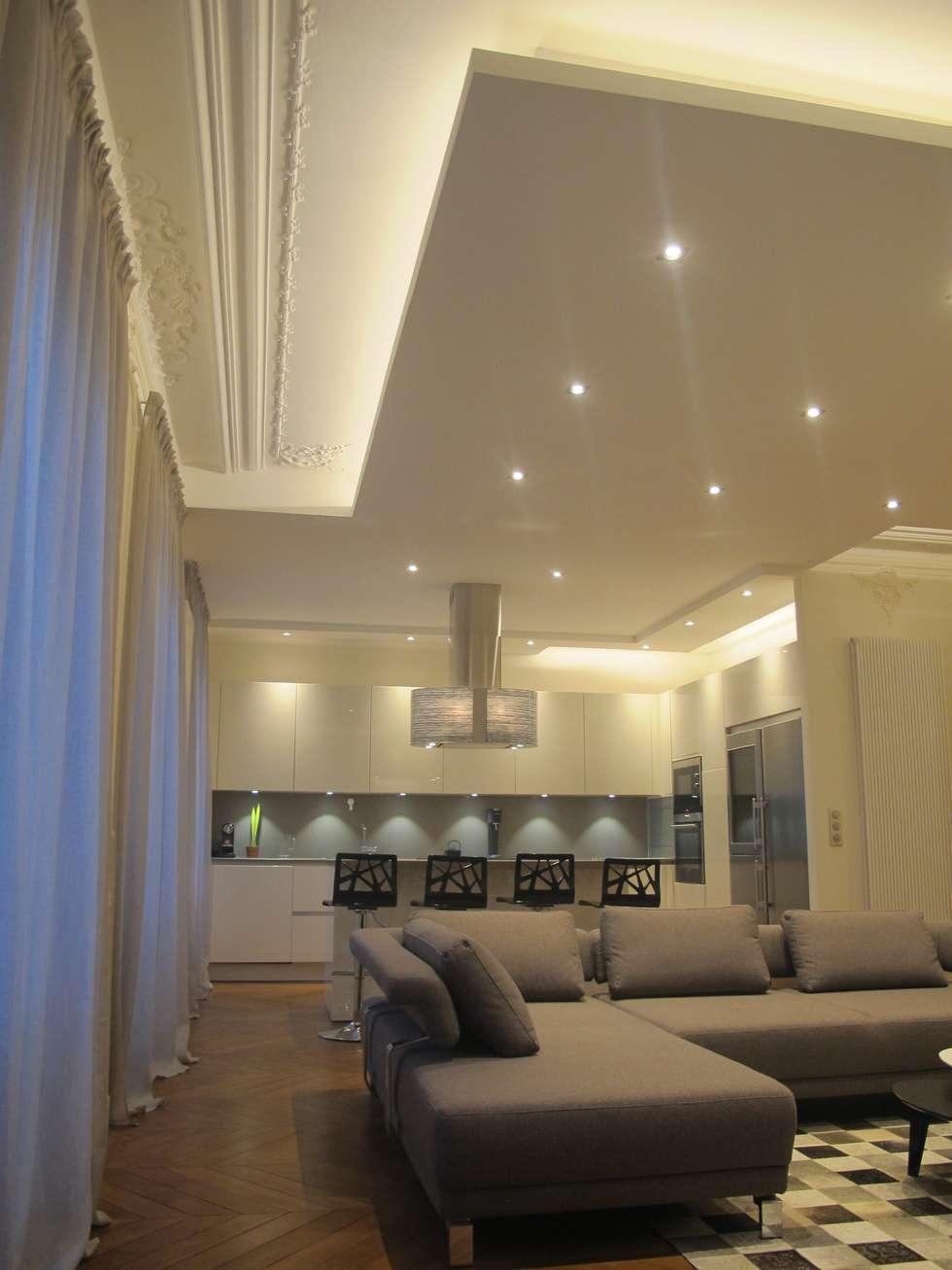 La lumière qui redessine l'espace : Salle à manger de style de style Moderne par QUID Architecture