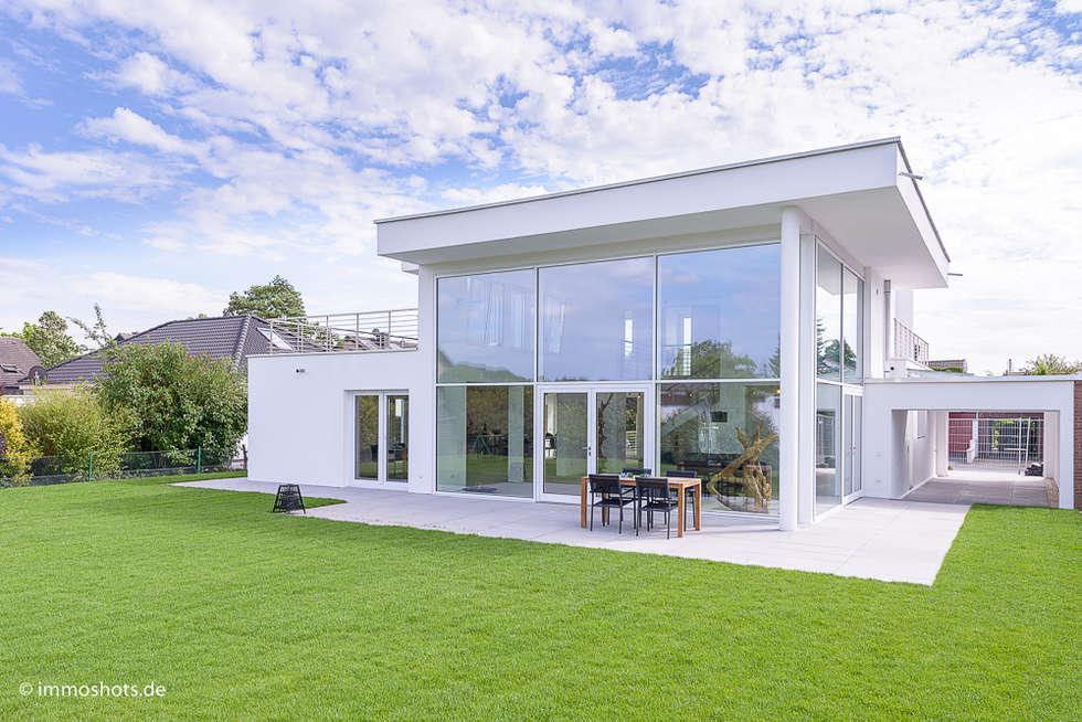 Gartenansicht: moderne Häuser von Immotionelles