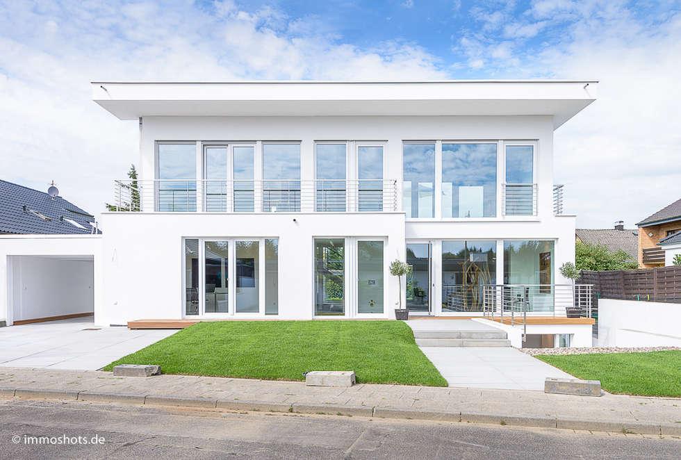Straßenansicht: moderne Häuser von Immotionelles