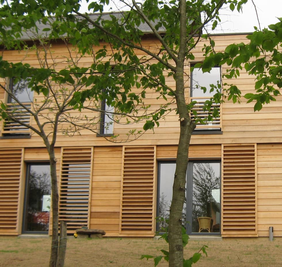 Brise-soleil coulissants en bois: Fenêtres de style  par Catherine DANIEL Architecte
