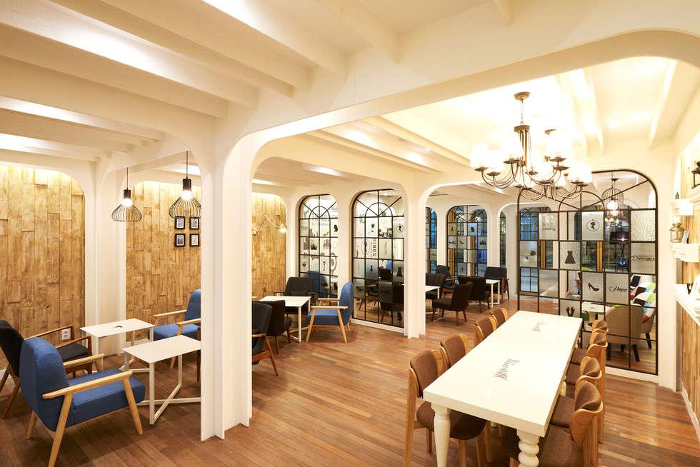 따뜻한 환경을 표현 위키드오두막(The Wicked Cottage): Design m4의  상업 공간