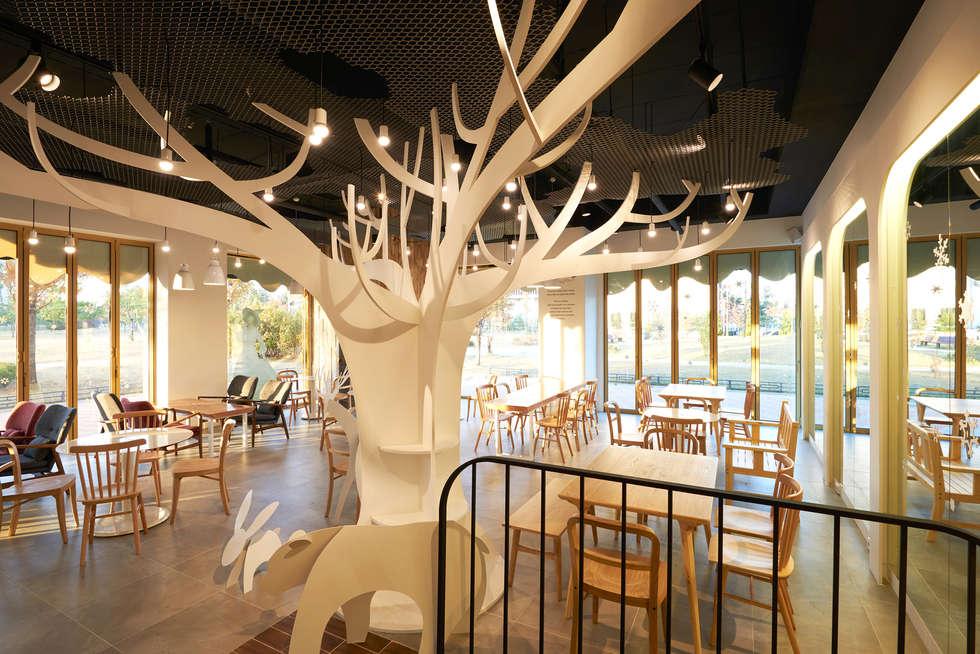 동물들을 주변에 배치한 눈꽃 정원 VIEW: Design m4의  상업 공간