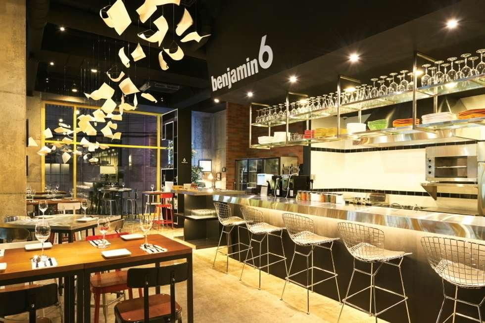 깨끗함을 나타낼 수있는 오픈 키친: Design m4의  레스토랑