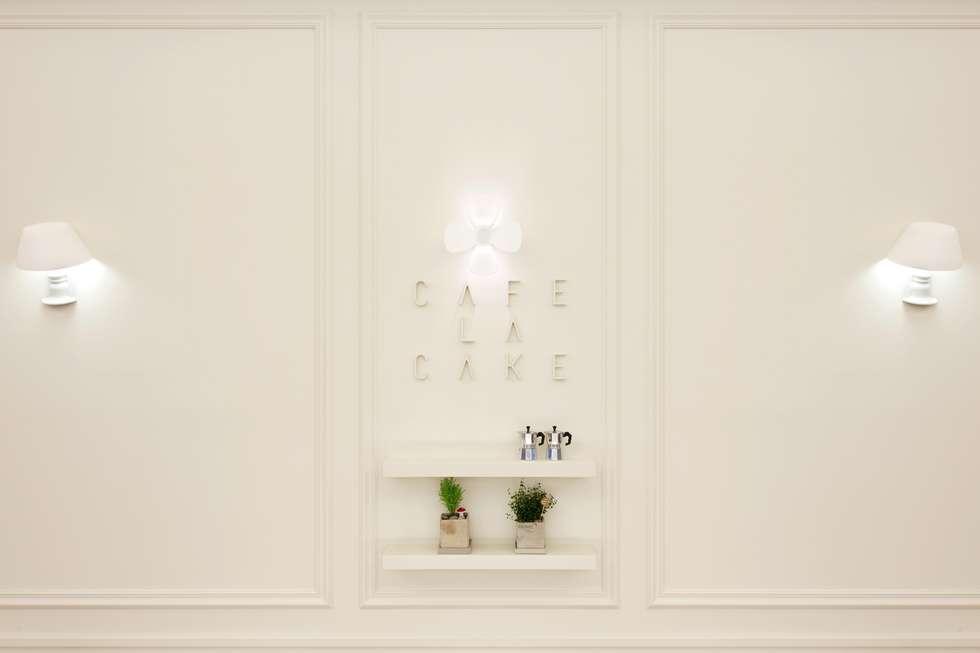 대표로고의 일부인 꽃잎을 이용한 조명: Design m4의  상업 공간