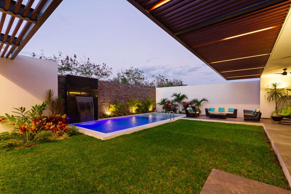 Piscinas de estilo moderno por enrique cabrera arquitecto for Disenos de albercas para casas pequenas